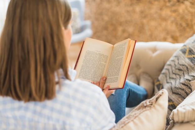 Vue arrière, de, a, femme, lecture livre