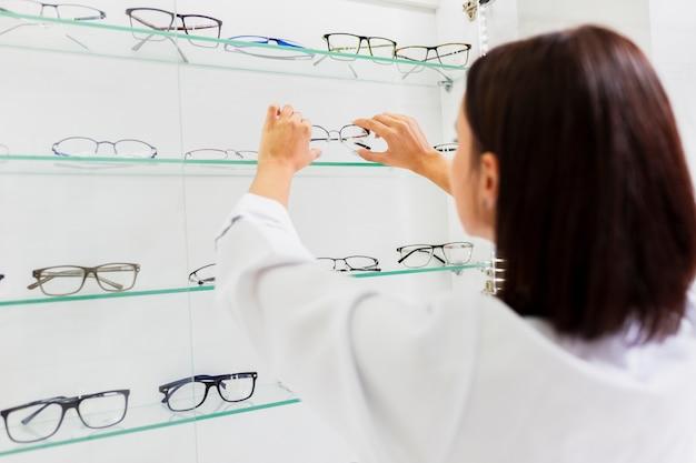Vue arrière de la femme et des lunettes