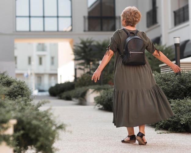 Vue arrière femme marchant sur ruelle