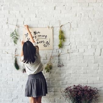 Vue arrière, de, femme, pendre, vous, appartenez, parmi, fleurs, papier phrase, à, ficelle