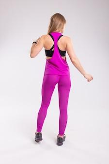 Vue arrière d'une femme sportive portant des leggings