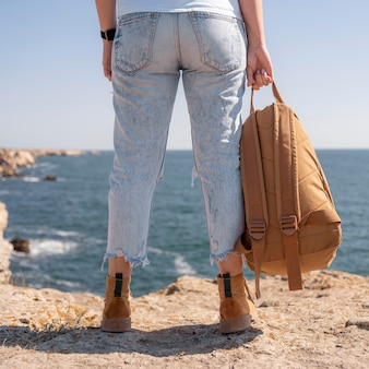 Vue arrière femme tenant un sac à dos dans un nouvel endroit