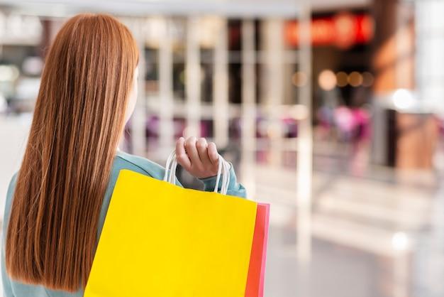 Vue arrière, femme, tenue, sacs papier
