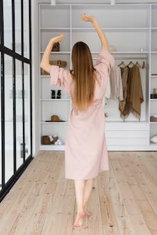Vue arrière femme vêtue d'une robe rose