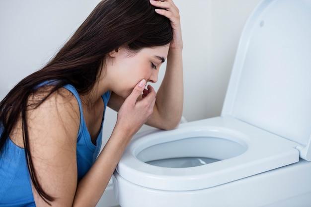 Vue arrière, de, femme, vomir, dans toilette