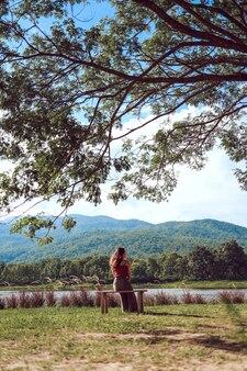 Vue arrière de la femme de voyageur regardant la nature minimale non contaminée