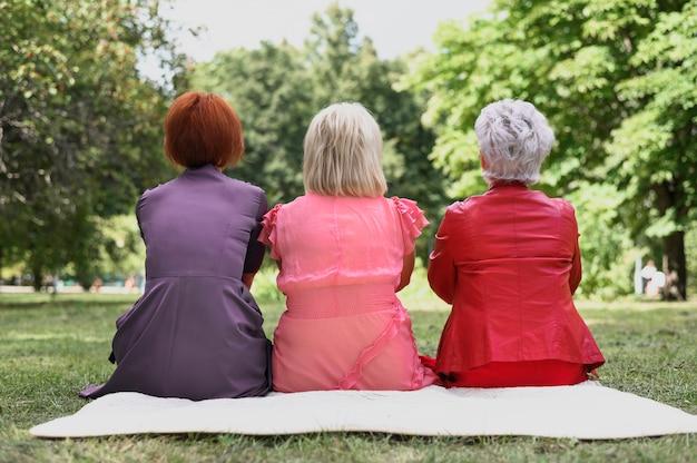 Vue arrière des femmes âgées dans le parc