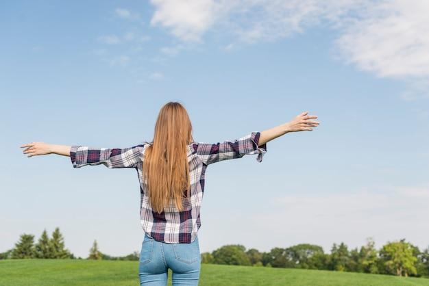 Vue arrière fille profitant de son environnement
