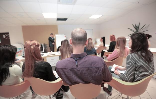 Vue arrière. groupe de gens d'affaires à la conférence de presse.développement commercial
