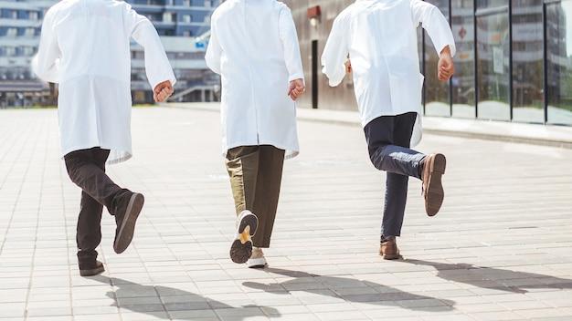 Vue arrière. groupe de médecins de sauvetage court pour fournir une assistance d'urgence. photo avec un espace de copie.