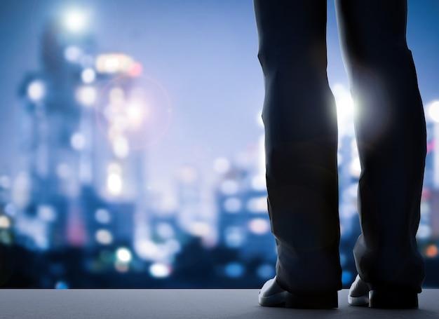 Vue arrière de l'homme d'affaires debout avec fond de paysage urbain