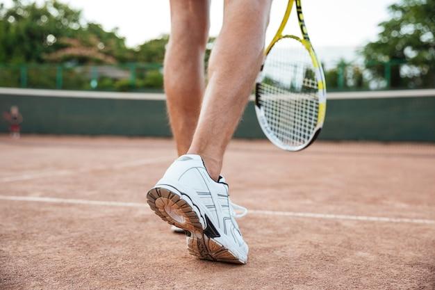 Vue arrière de l'homme joueur de tennis