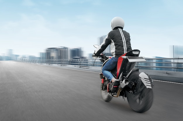 Vue arrière, de, homme moto taxi asiatique, conduite, sur, les, route asphaltée
