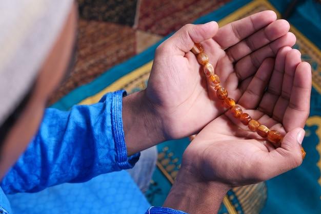 Vue arrière de l'homme musulman priant pendant le ramadan,
