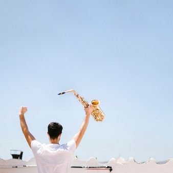 Vue arrière, homme, saxophone