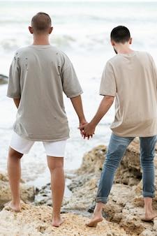 Vue arrière homme tenant par la main