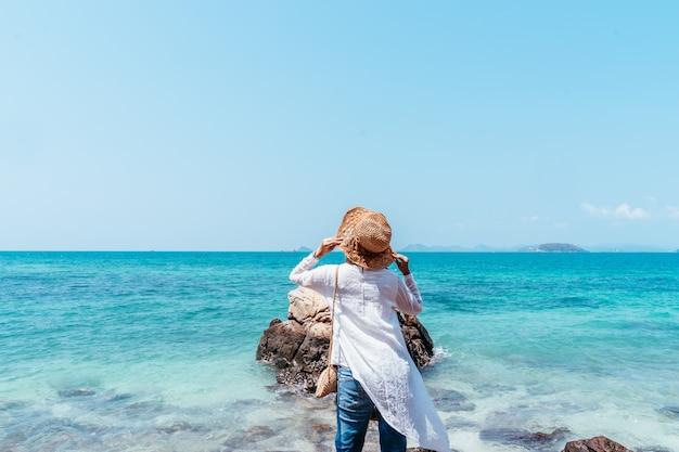 Vue arrière de la jeune femme asiatique musulmane à la recherche d'une falaise.