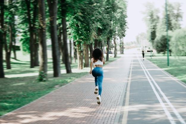 Vue arrière jeune femme sur un jogging matinal