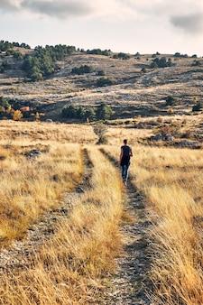 Vue arrière d'une jeune randonneuse admirant la vue dans l'arrière-pays de la côte d'azur