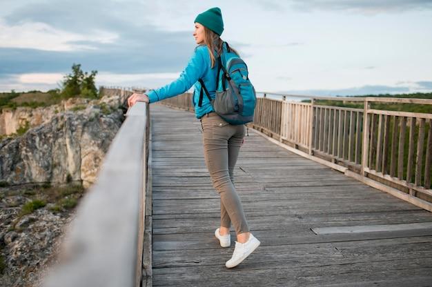 Vue arrière jeune voyageur profitant de vacances