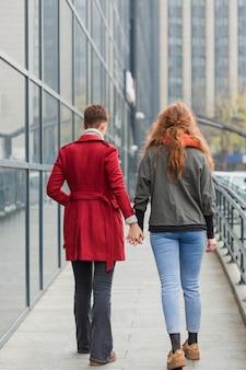 Vue arrière, jeunes femmes, tenant mains