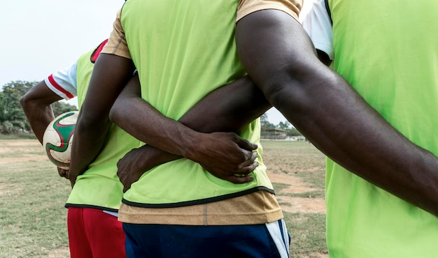 Vue arrière des joueurs de football