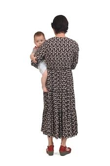 Vue arrière d'une mère portant son bébé sur fond blanc