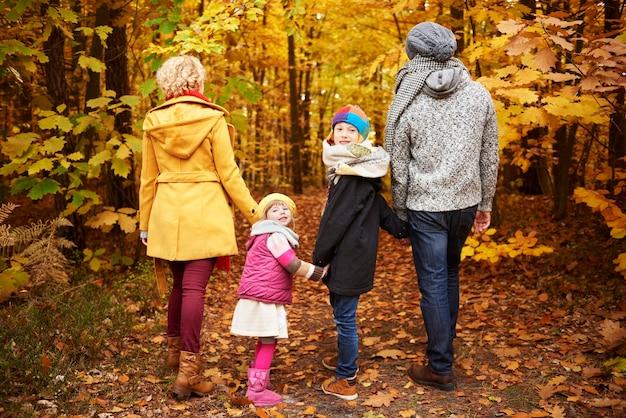 Vue arrière des parents et des enfants tournants
