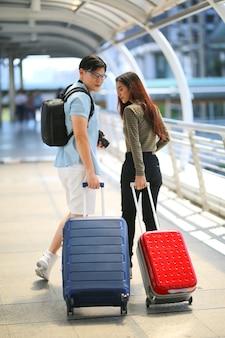 Vue arrière des passagers marchant dans le terminal de l'aéroport
