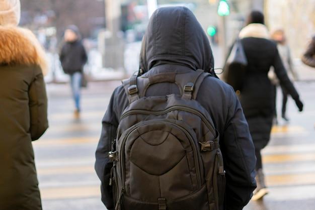 Vue arrière de la personne traversant le zèbre ou le passage pour piétons b