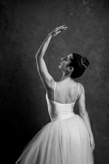 Vue arrière posture de ballet en niveaux de gris