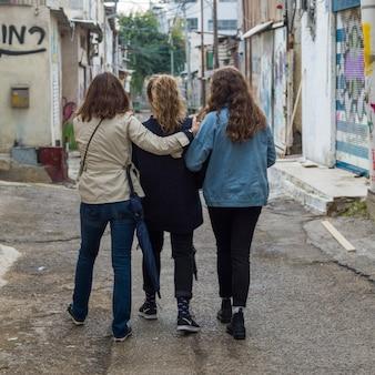 Vue arrière de trois femmes marchant dans la rue, florentin, tel aviv, israël