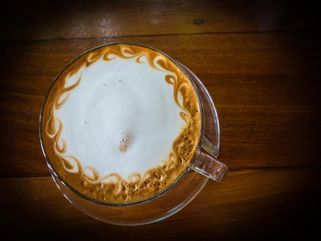 Vue d'art de dessus cappuccino café sur la table en bois