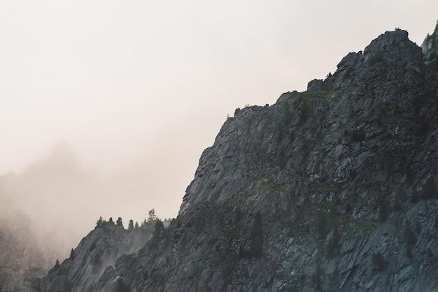 Vue atmosphérique fantomatique à grande falaise dans un ciel nuageux.