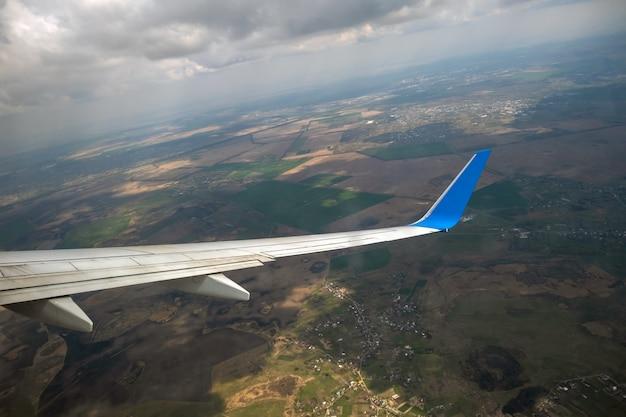Vue de l'atterrissage de l'aile d'avion à réaction à l'aéroport par mauvais temps. concept de voyage et de transport aérien.