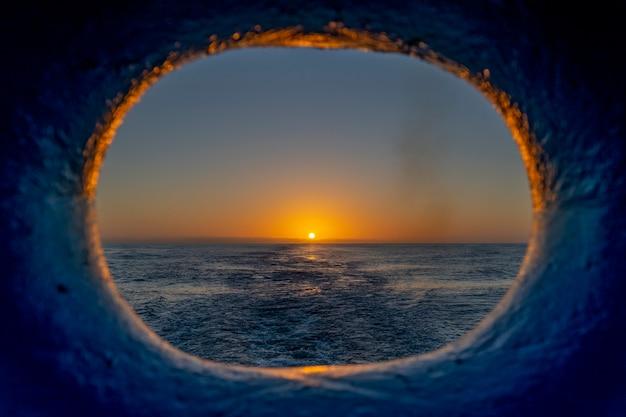 Vue au coucher du soleil jeter le hublot sur la poupe des navires