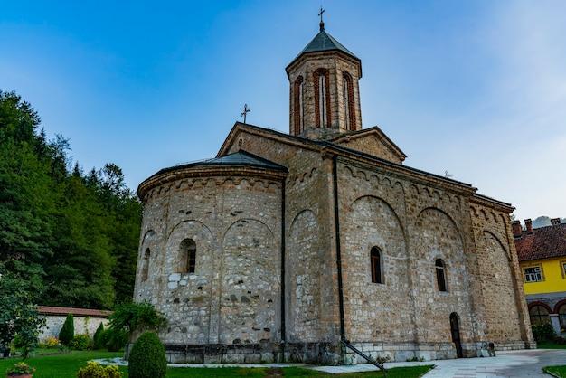 Vue au monastère de raca du 13ème siècle près de bajina basta en serbie