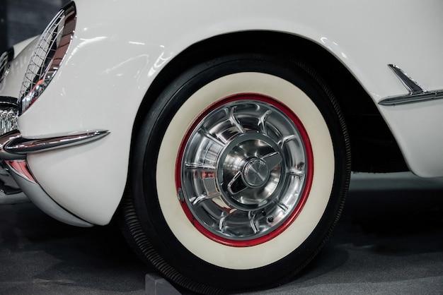 Vue au sol de la partie inférieure gauche de la magnifique voiture rare blanche