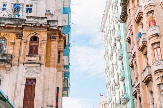 Vue authentique d'une rue de la vieille havane avec de vieux bâtiments et voitures