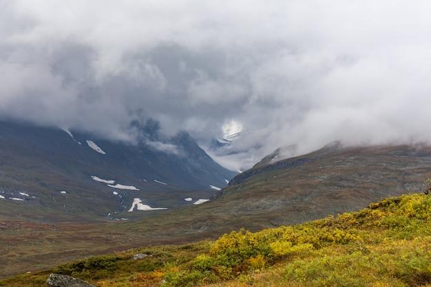 Vue d'automne du parc national de sarek, laponie, comté de norrbotten, suède, près de la frontière de la finlande, de la suède et de la norvège. mise au point sélective