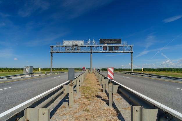 Vue sur l'autoroute un jour d'été panneaux routiers sur la route