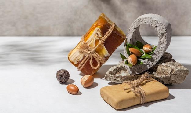 Vue avant de l'assortiment de produits d'argan naturel