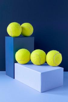 Vue avant des balles de tennis sur des formes de piédestal