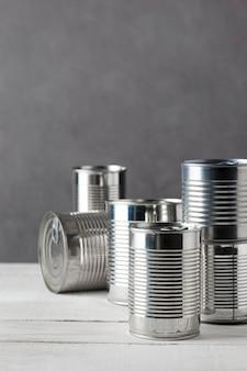 Vue avant des canettes en aluminium avec espace de copie