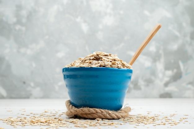 Vue avant des céréales crues sur blanc, repas de petit-déjeuner cru