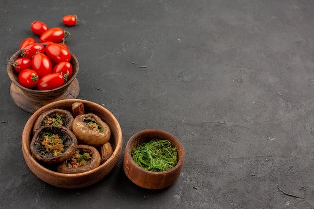 Vue avant de champignons cuits aux tomates sur les pâtes sauvages aux champignons de table