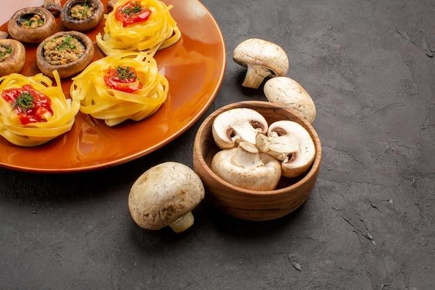 Vue avant de champignons frits avec pâte de pâtes sur table sombre repas dîner alimentaire