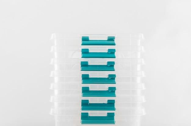 Vue avant des contenants alimentaires en plastique empilés
