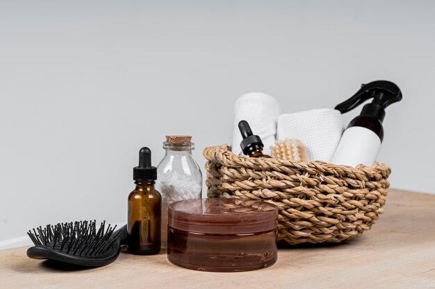 Vue avant des contenants de produits cosmétiques vierges dans le panier