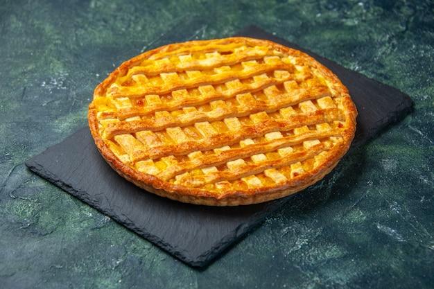 Vue avant de la délicieuse tarte à la gelée sur la surface bleu foncé cuire au four le sucre pâte à biscuits dessert four à gâteau couleur thé